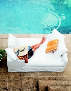 women poolside chic with floppy hat